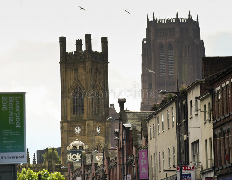 Un par de telar masivo de las torres de iglesia sobre Renshaw fotos de archivo libres de regalías