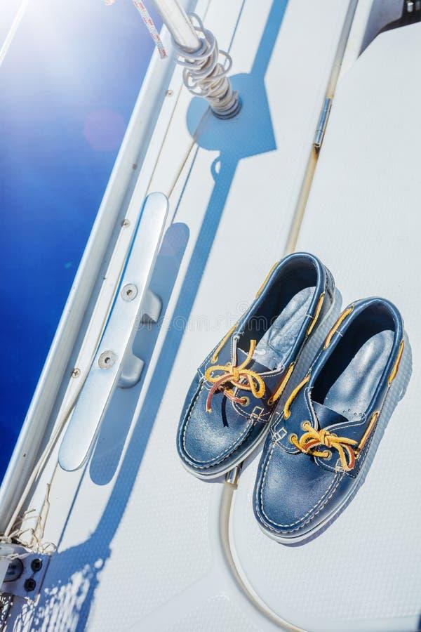 Un par de topsider en la cubierta blanca del yate yachting imágenes de archivo libres de regalías