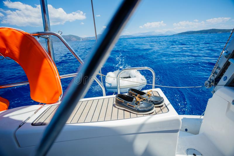 Un par de topsiders en cubierta del yate yachting foto de archivo libre de regalías