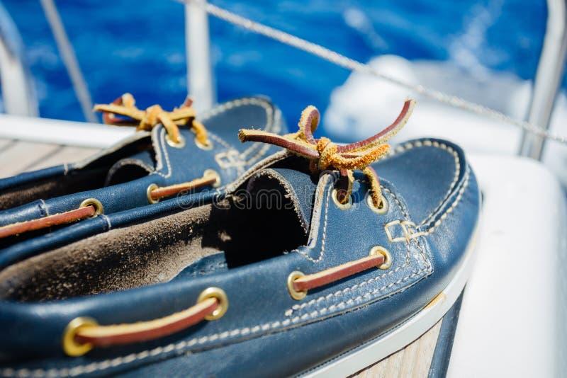 Un par de topsiders en cubierta del yate yachting imagen de archivo