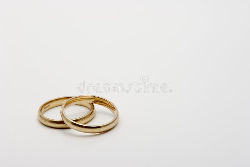 Un par de vendas de los anillos de bodas fotos de archivo libres de regalías