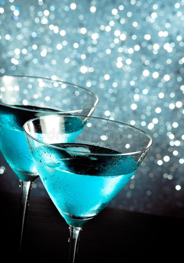 Un par de vidrios del cóctel azul fresco con hielo en la tabla de la barra imagenes de archivo