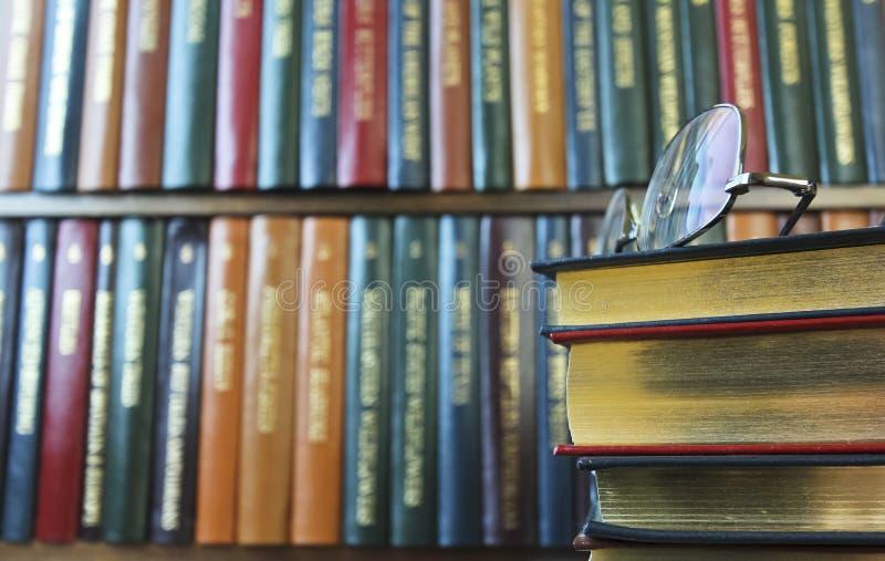 Un par de vidrios en una pila de libros fotografía de archivo libre de regalías