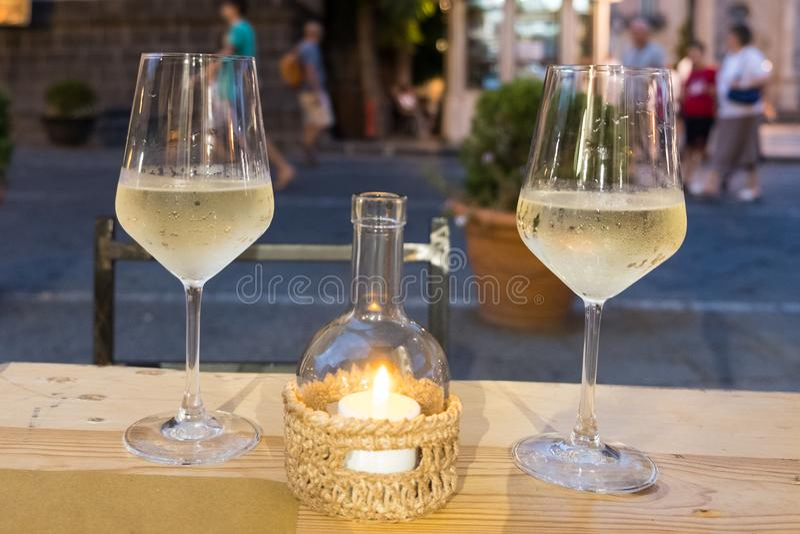 Un par de vidrios fríos del tronco del vino blanco foto de archivo libre de regalías