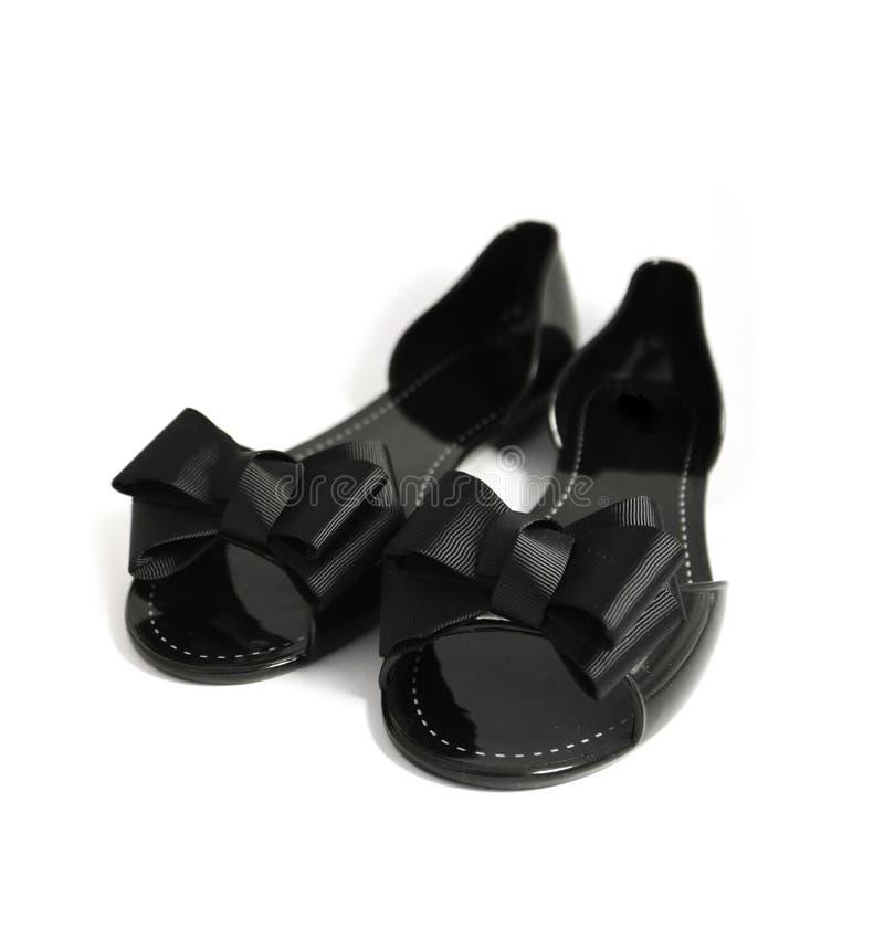 Un par de zapato elegante de lujo del verano de la mujer negra con la cinta arquea, fotos de archivo libres de regalías