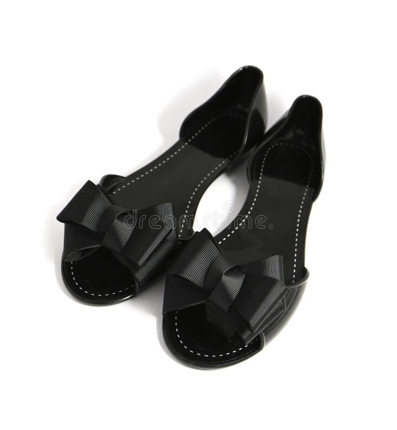Un par de zapato elegante de lujo del verano de la mujer negra con la cinta arquea, imagen de archivo