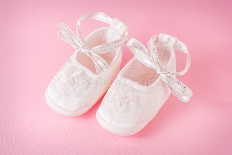 Un par de zapatos de bebé foto de archivo