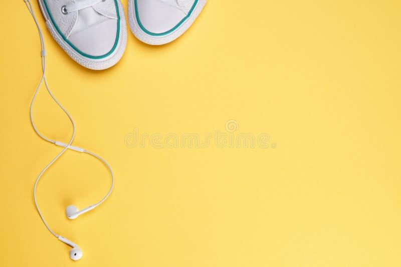 Un par de zapatos blancos de los deportes imágenes de archivo libres de regalías