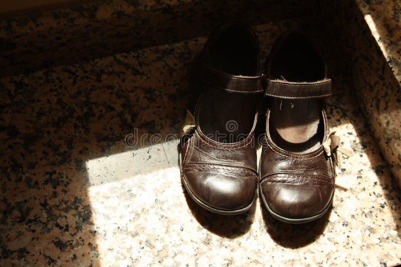 Un par de zapatos de cuero marrones de una niña foto de archivo libre de regalías
