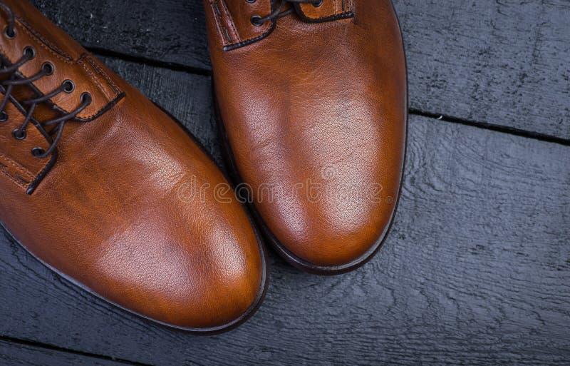 Un par de zapatos de cuero marrones agradables imagen de archivo libre de regalías