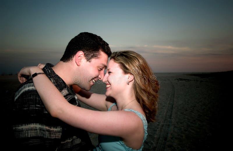 Un par en amor en una playa imágenes de archivo libres de regalías