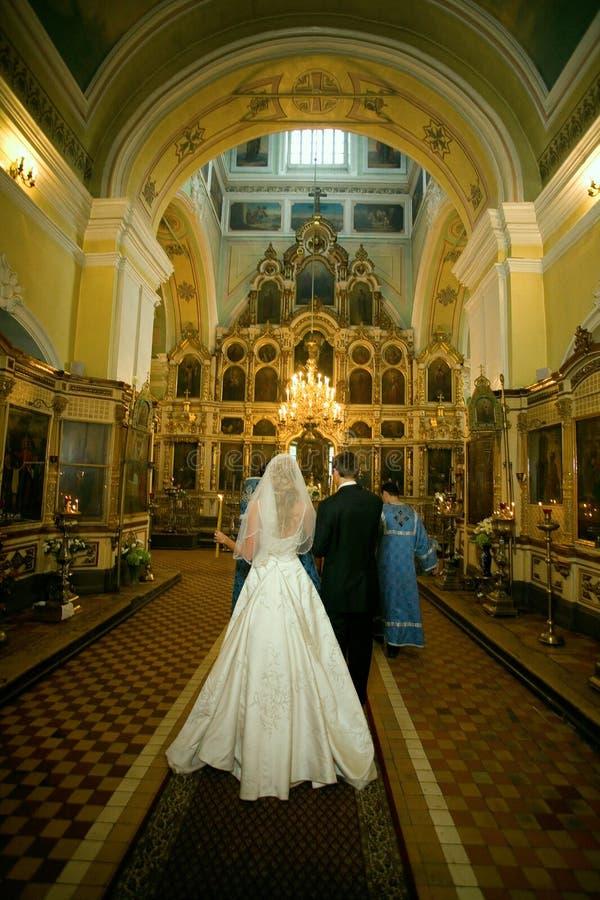 Un par en la iglesia foto de archivo