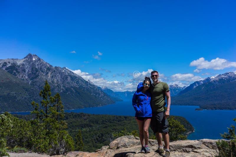 Un par en las montañas y los lagos de San Carlos de Bariloche, la Argentina imágenes de archivo libres de regalías