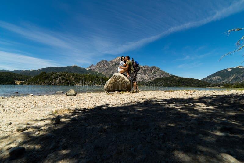 Un par en las montañas y los lagos de San Carlos de Bariloche, la Argentina fotografía de archivo libre de regalías
