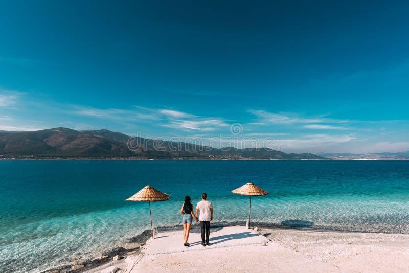 Un par en miradas del amor en la laguna azul Pares en amor en la playa amantes de la luna de miel imágenes de archivo libres de regalías