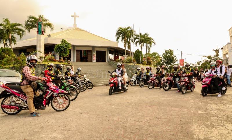 Un par filipino del recién casado que monta la motocicleta fotos de archivo libres de regalías