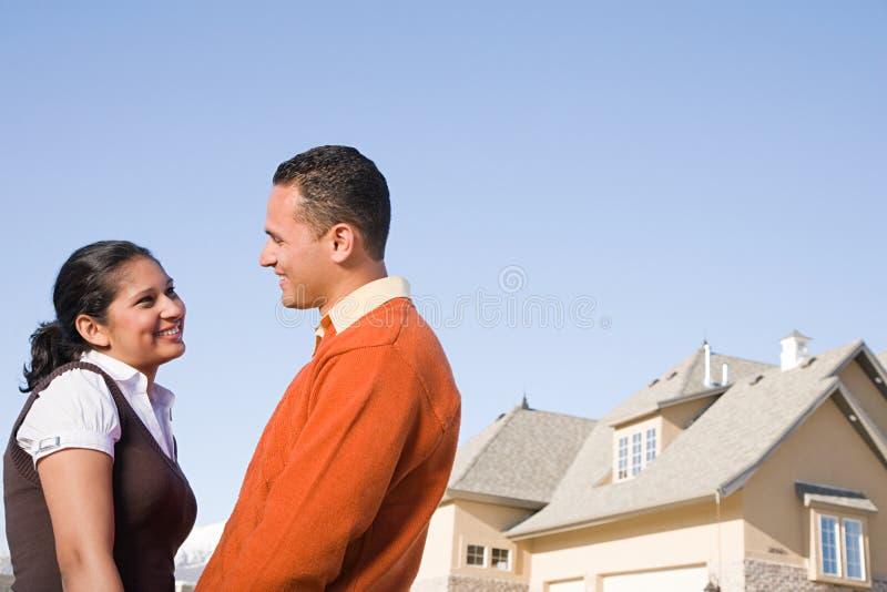 Un par fuera de su nuevo hogar imagen de archivo