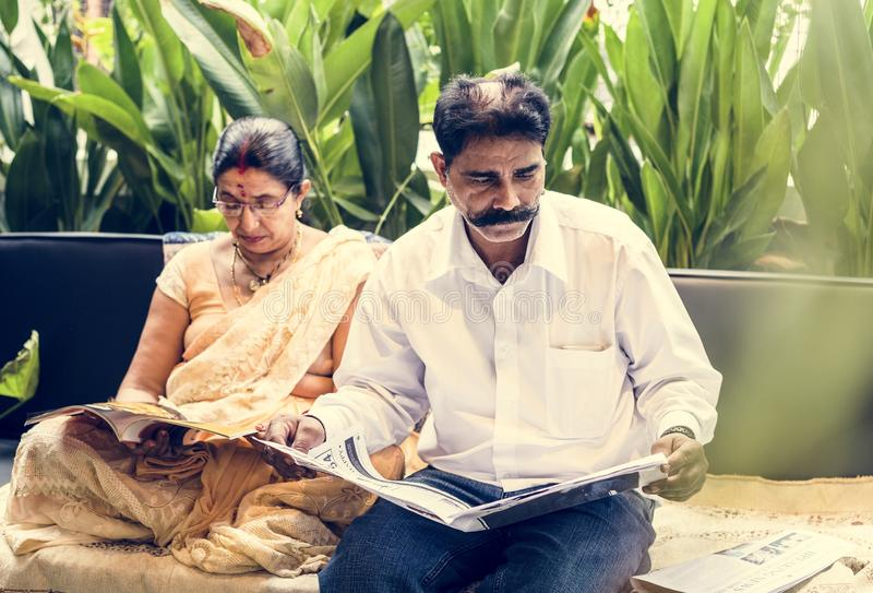 Un par indio feliz que pasa el tiempo junto fotografía de archivo libre de regalías