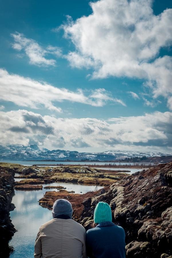 Un par joven admira la visión en Silfra, Islandia foto de archivo