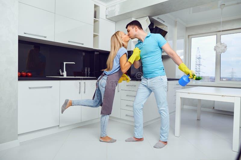 Un par joven está limpiando un apartamento fotos de archivo