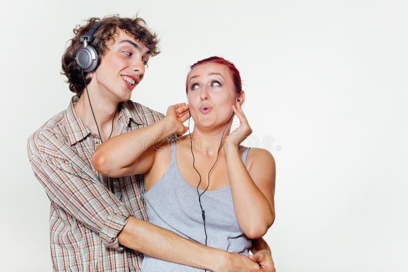 Un par joven que escucha la música imagenes de archivo