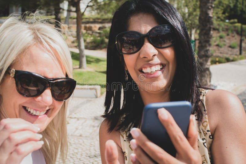 Un par lesbiano que toma un selfie y una risa imagenes de archivo