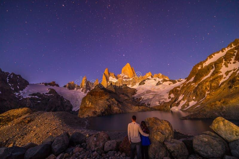 Un par presenta debajo del Mt Fitz Roy Un pico rugoso en la Patagonia, la Argentina imagen de archivo libre de regalías