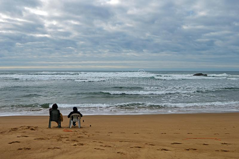 Un par que localiza en la playa Praia de Odeceixe en Portugal del sur fotos de archivo libres de regalías