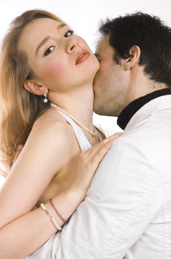 Un par que se besa imágenes de archivo libres de regalías