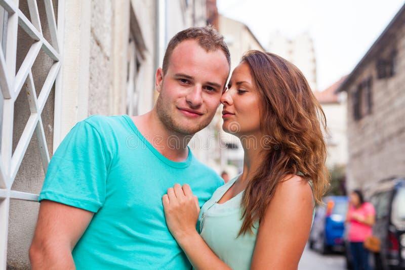 Un par que se coloca en la calle y que se divierte Emoción positiva fotos de archivo