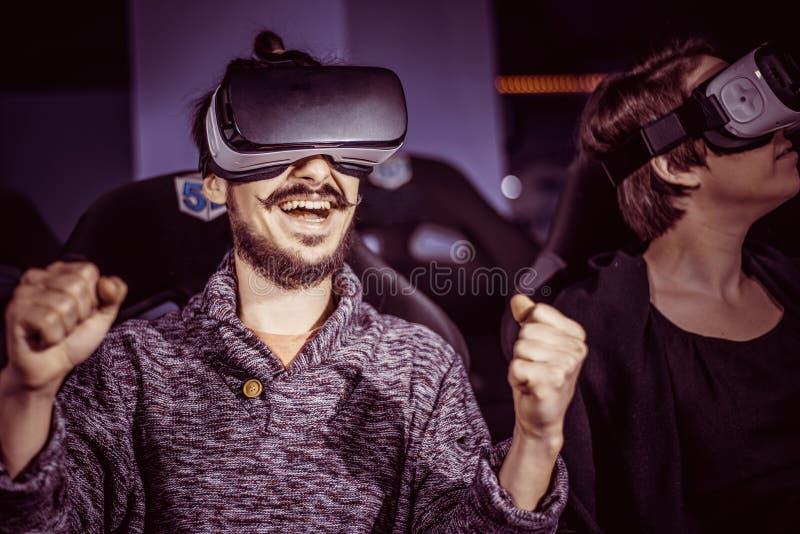 Un par que se divierte en el cine en vidrios virtuales con specia fotos de archivo