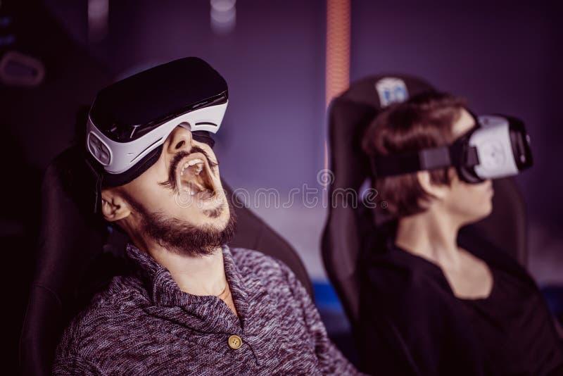 Un par que se divierte en el cine en vidrios virtuales con specia fotografía de archivo