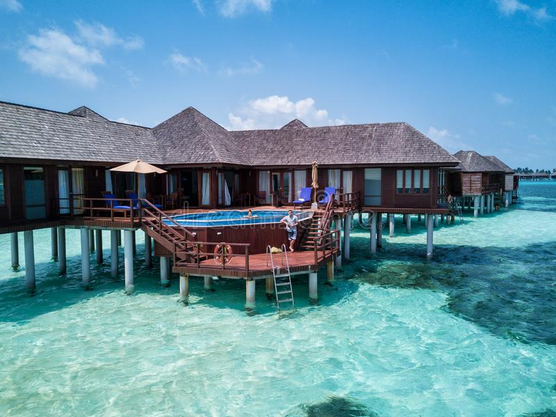 Un par que se goza en los Maldivas fotografía de archivo libre de regalías