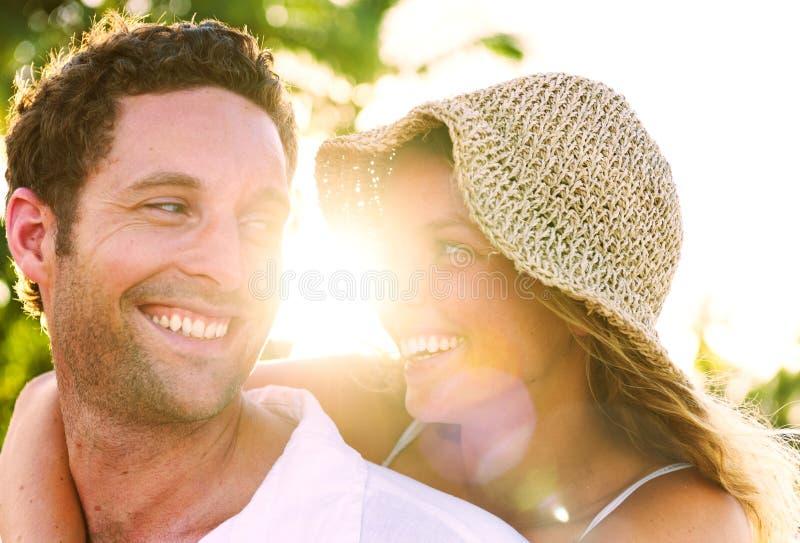 Un par que se relaja en el concepto romántico del amor de la playa foto de archivo libre de regalías