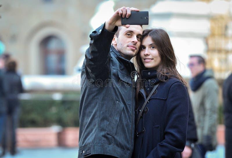 Un par toma un selfie imágenes de archivo libres de regalías