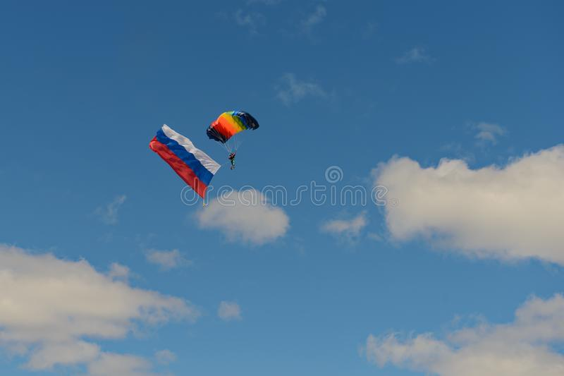 Un paracaidista con la bandera de Rusia imagen de archivo libre de regalías