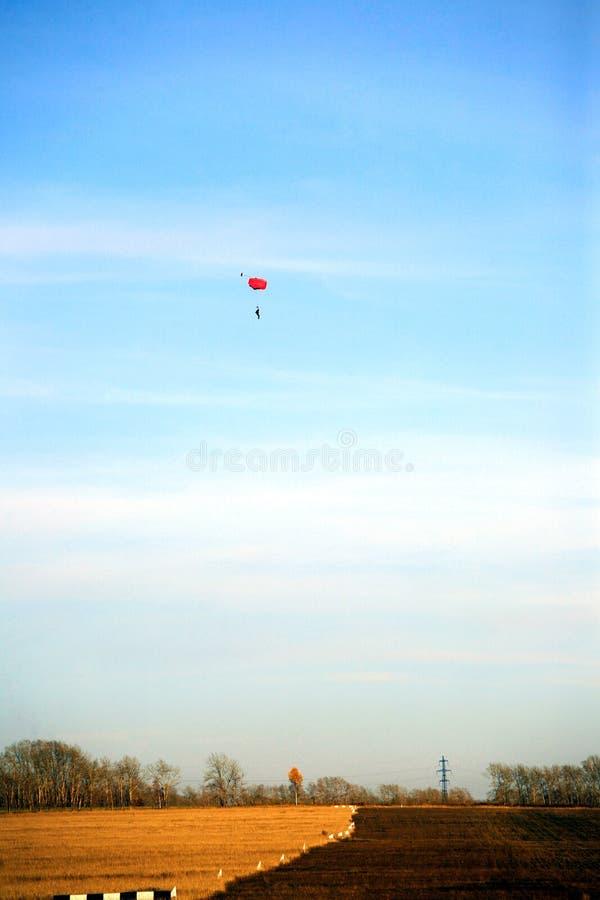 Un paracaidista en el cielo está entrenando en una escuela del vuelo imagen de archivo libre de regalías