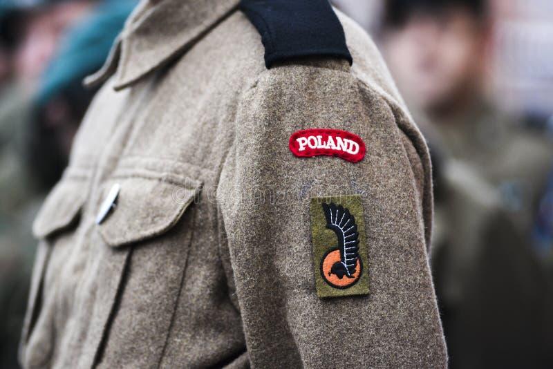 Un paracaidista polaco de la Segunda Guerra Mundial, un remiendo en un uniforme militar, un emblema polaco fotos de archivo