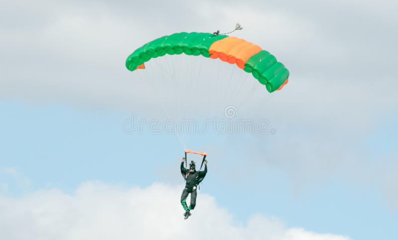 Download Un Parachutisme De Exécution De Parachutiste Avec Le Parachute Photo stock éditorial - Image du coloré, multi: 77158363