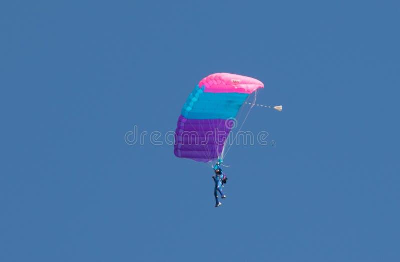 Download Un Parachutisme De Exécution De Parachutiste Avec Le Parachute Photographie éditorial - Image du volant, gibiers: 77162852