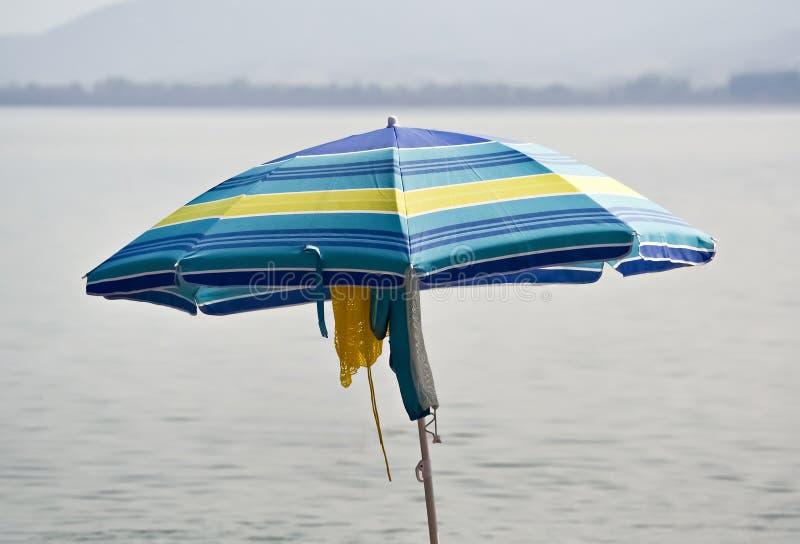 Un parasol azul fotos de archivo libres de regalías