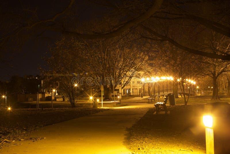 Un parc le long de la rive photographie stock