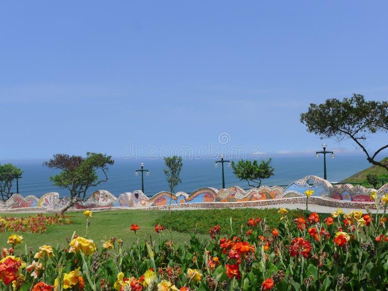 Un parco con il banco piastrellato decorato nel distretto di Miraflores di Lima fotografia stock