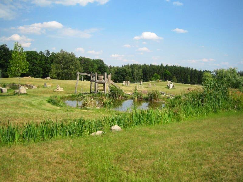 Un parco con il campo da giuoco di legno dei bambini immagine stock libera da diritti