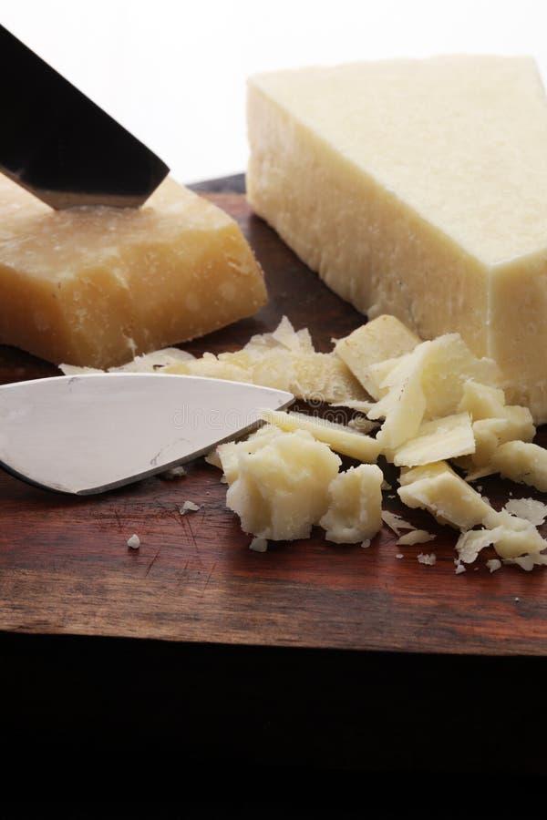 Un parmesan authentique âgé de reggiano de parmesan avec des chees photographie stock