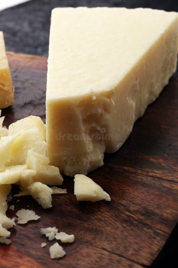 Un parmesan authentique âgé de reggiano de parmesan avec des chees images stock