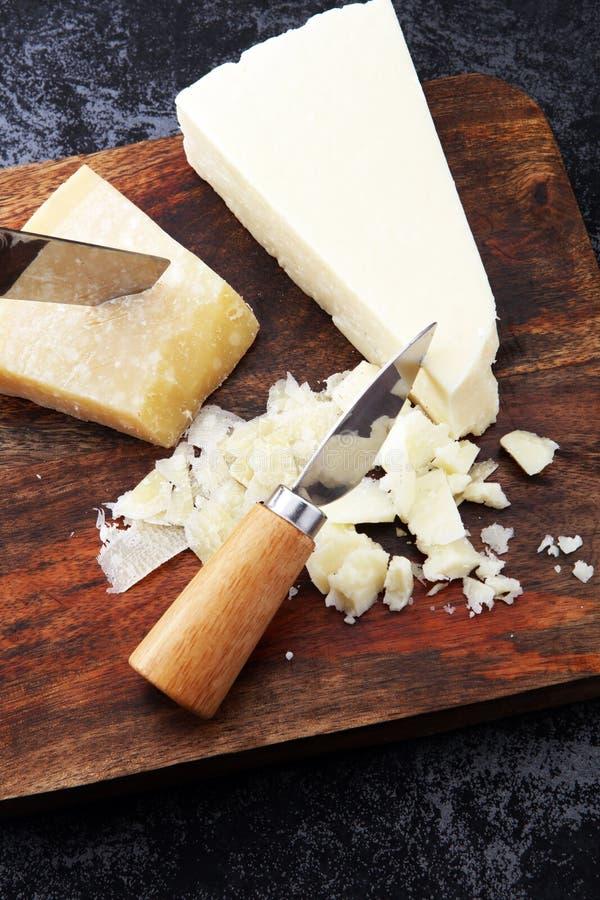 Un parmesan authentique âgé de reggiano de parmesan avec des chees photos stock