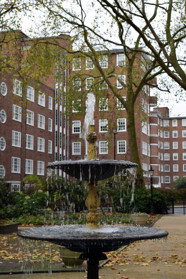 Un parque circular inglés en Londres fotografía de archivo