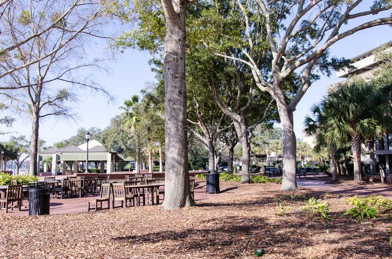 Un parque de la ciudad de Beaufort Carolina del Sur con los árboles grandes y las zonas para sentarse fotografía de archivo libre de regalías