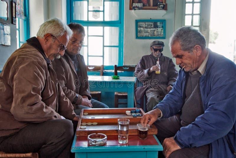 Un partito del baggamon in un vecchio caffè in Diafani, isola di Karapathos fotografia stock libera da diritti